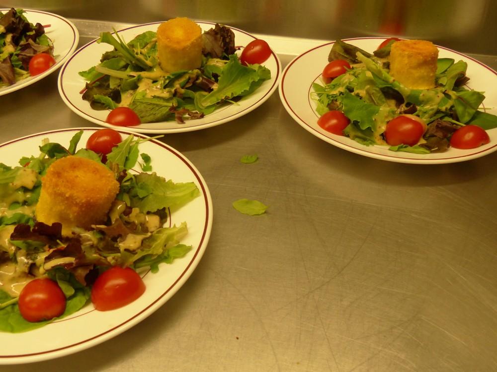 Salade en entrée servi aux Aveilles