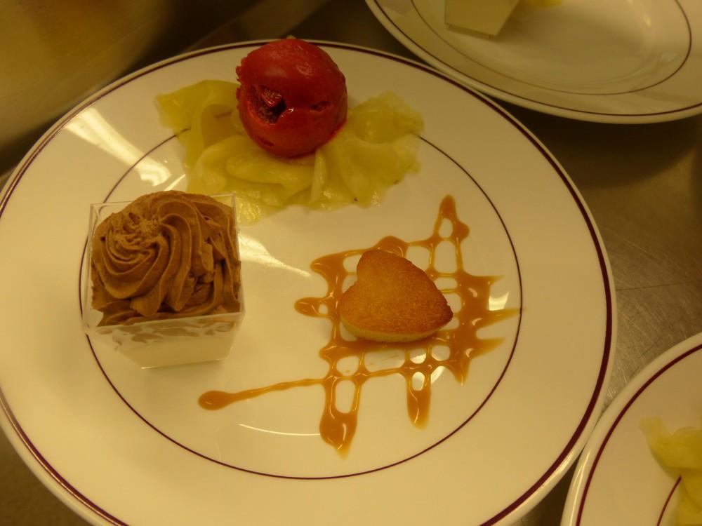 Assiette de dessert servi aux Aveilles restaurant en Isère.
