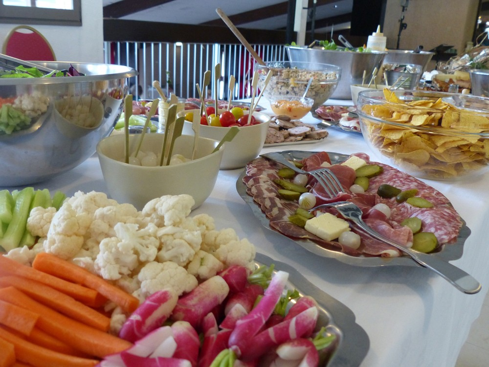 Un buffet froid servi aux Aveilles